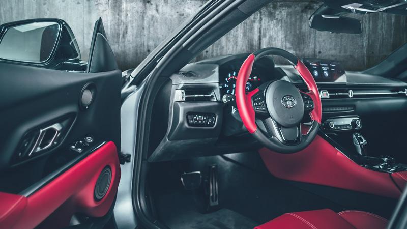 Toyota Supra 2019, tres cuartos delantero, interior