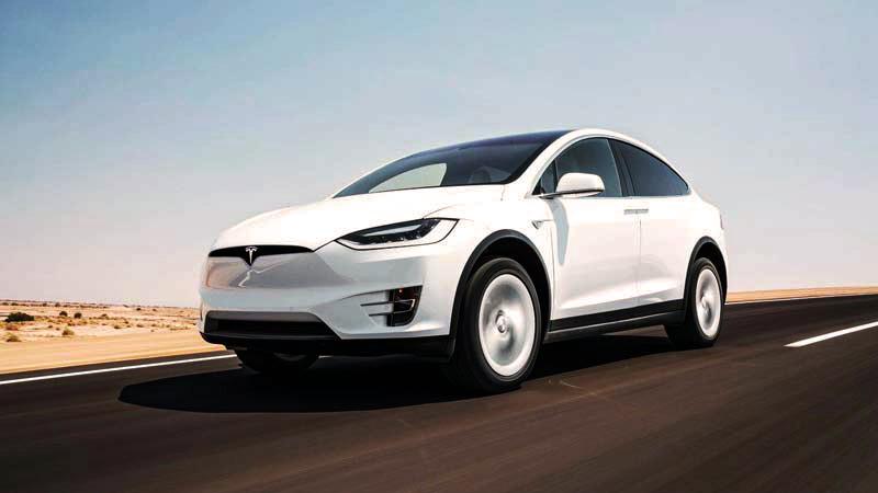 un vehículo blanco de Tesla que está en marcha en la carretera